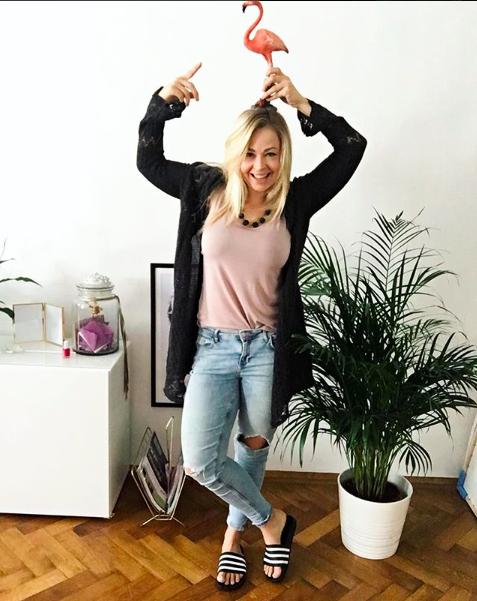Bloggerin mit Flamingo auf dem Kopf, nicht in Shapewear