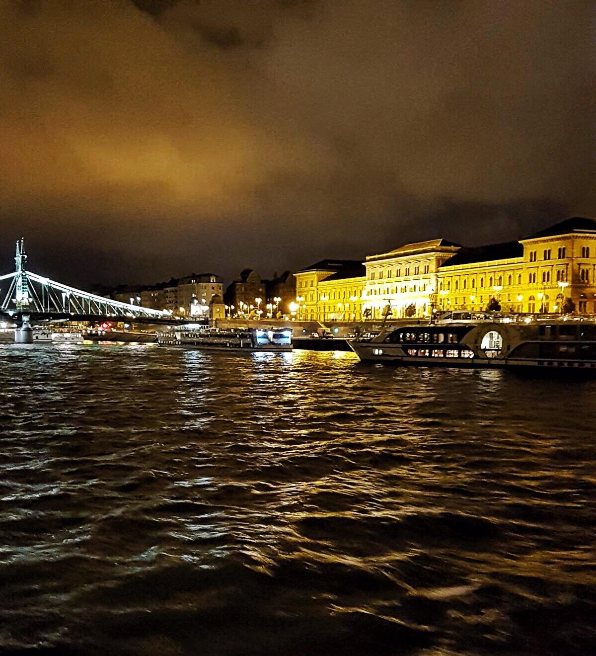 Budapest bei Nacht auf einem Schiff